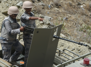 IEMEN - Saudi border guards stand on an armed military vehicle to patrol the Saudi-Yemeni border, in southwestern Saudi Arabia