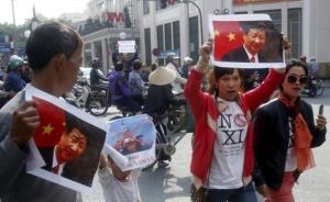 Protesters hold marked images of Chinese President Xi Jinping during a protest ahead of his visit to Vietnam, on the street in Hanoi November 3, 2015.  REUTERS/Kham